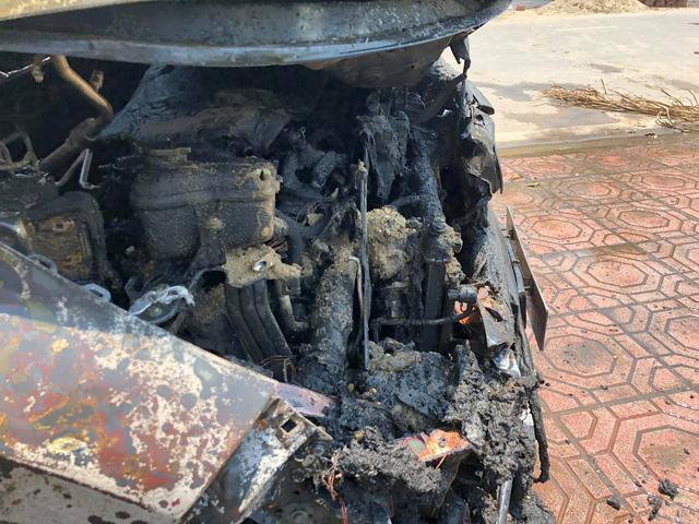 Đỗ xe dưới trời nắng nóng, Honda CR-V bỗng phát nổ rồi bốc cháy thảm thương - Ảnh 3.