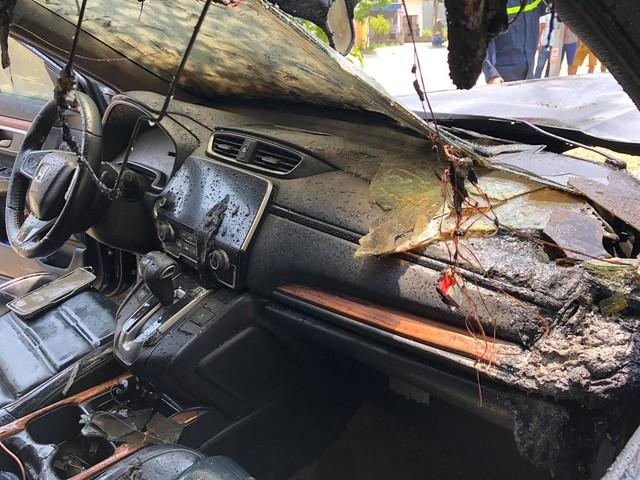 Đỗ xe dưới trời nắng nóng, Honda CR-V bỗng phát nổ rồi bốc cháy thảm thương - Ảnh 2.
