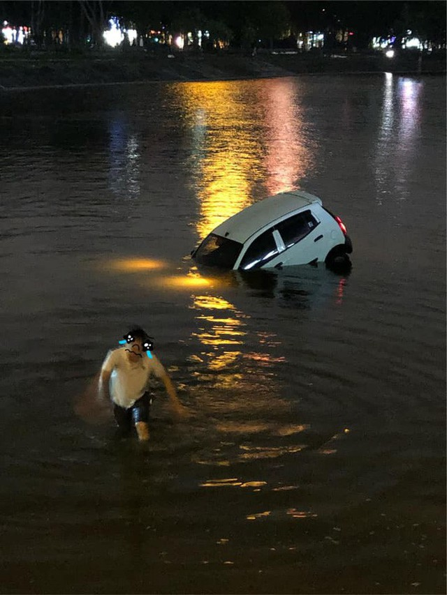 Đạp nhầm chân ga, tài xế phi xe ra giữa hồ Linh Đàm, người chứng kiến hoảng: Sao bay được? - Ảnh 2.