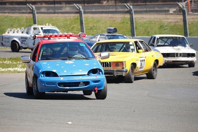 Giải đua kỳ dị nơi mỗi chiếc xe tham dự có giá không quá… 500 USD