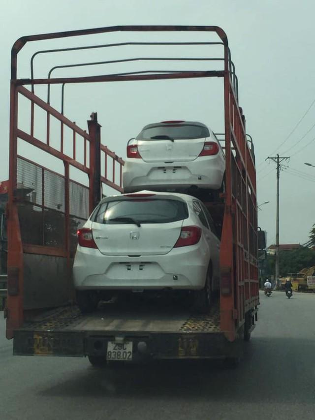 Honda Brio bất ngờ xuất hiện trên trên xe vận chuyển ở Hà Nội, ra mắt trong tháng 6 cùng thời điểm VinFast Fadil bàn giao lô đầu tiên - Ảnh 2.