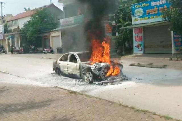 Chỉ trong 1 tuần, hàng loạt vụ cháy ô tô liên tục xảy ra tại Việt Nam, giá trị xe cao nhất hơn 1 tỷ đồng - Ảnh 1.