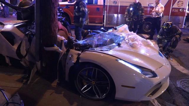 Đứt ruột nhìn lính cứu hỏa xẻ đôi Ferrari 488 Spyder để cứu nạn nhân kẹt bên trong vì tai nạn giao thông - Ảnh 1.