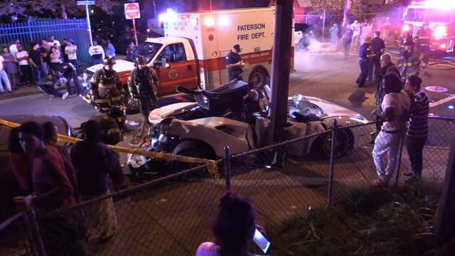 Đứt ruột nhìn lính cứu hỏa xẻ đôi Ferrari 488 Spyder để cứu nạn nhân kẹt bên trong vì tai nạn giao thông - Ảnh 2.