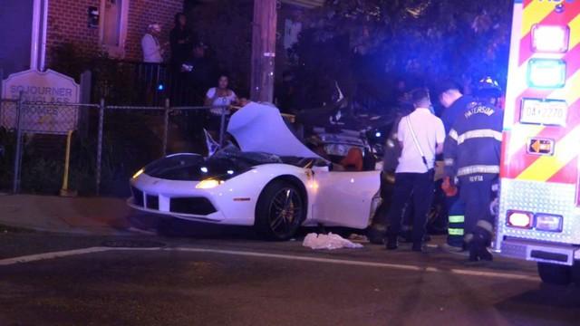 Đứt ruột nhìn lính cứu hỏa xẻ đôi Ferrari 488 Spyder để cứu nạn nhân kẹt bên trong vì tai nạn giao thông - Ảnh 3.