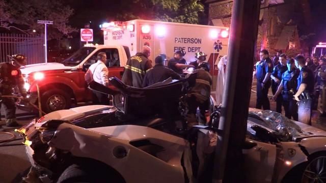 Đứt ruột nhìn lính cứu hỏa xẻ đôi Ferrari 488 Spyder để cứu nạn nhân kẹt bên trong vì tai nạn giao thông - Ảnh 4.