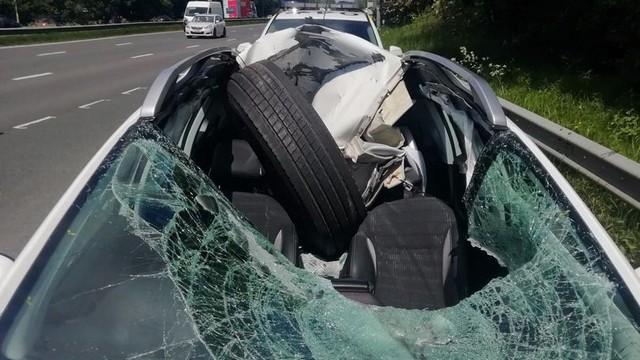 Tai nạn khó ngờ trên cao tốc: Xe container bất ngờ rụng bánh, tài xế Peugeot phía sau thoát chết thần kỳ