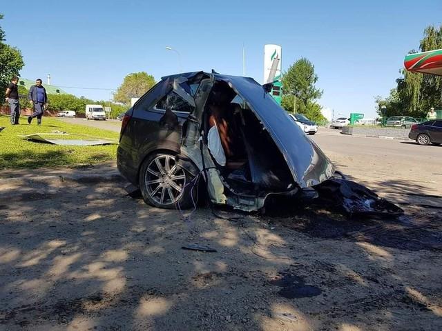 Audi Q7 bị xẻ đôi, ghế văng ra ngoài sau khi đâm phải cột đèn, chủ xe bỏ chạy mất dạng - Ảnh 2.