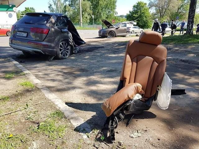 Audi Q7 bị xẻ đôi, ghế văng ra ngoài sau khi đâm phải cột đèn, chủ xe bỏ chạy mất dạng - Ảnh 3.