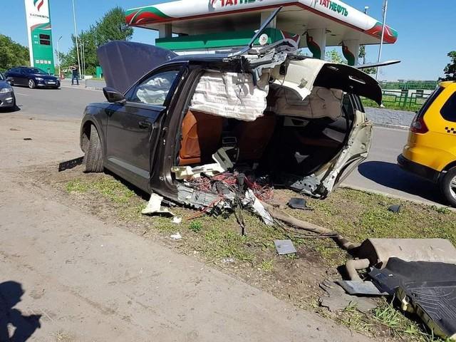 Audi Q7 bị xẻ đôi, ghế văng ra ngoài sau khi đâm phải cột đèn, chủ xe bỏ chạy mất dạng - Ảnh 1.