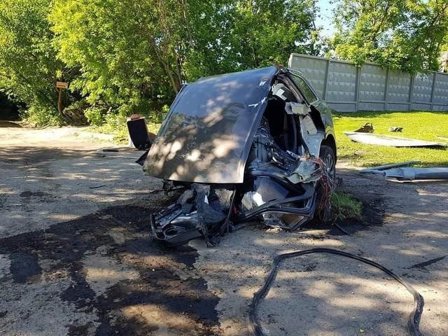Audi Q7 bị xẻ đôi, ghế văng ra ngoài sau khi đâm phải cột đèn, chủ xe bỏ chạy mất dạng - Ảnh 4.