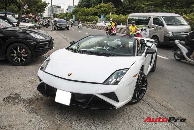 Xót xa khi thấy Lamborghini Gallardo Spyder của ông Đặng Lê Nguyên Vũ đi bảo dưỡng - Ảnh 2.