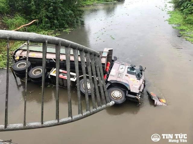 Mất lái, xe tải húc văng thành cầu, lao xuống sông Điện Biên nằm - Ảnh 2.