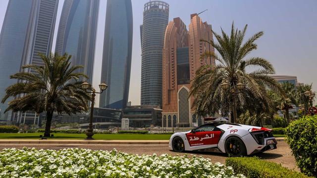Cảnh sát Trung Đông chơi lớn, trưng dụng siêu xe triệu đô Lykan HyperSport đi làm nhiệm vụ - Ảnh 3.