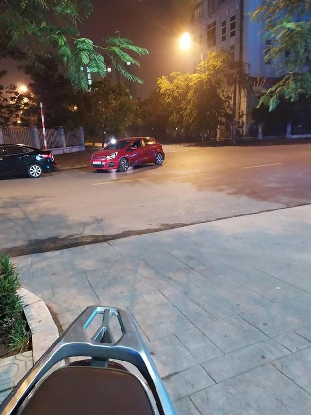 Ngã tư phố và hình ảnh chiếc xe Kia Rio đỏ khiến ai đi qua trông thấy cũng bức xúc - Ảnh 1.