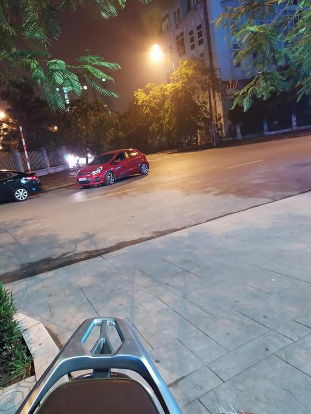 Ngã tư phố và hình ảnh chiếc xe Kia Rio đỏ khiến ai đi qua trông thấy cũng bức xúc - Ảnh 2.