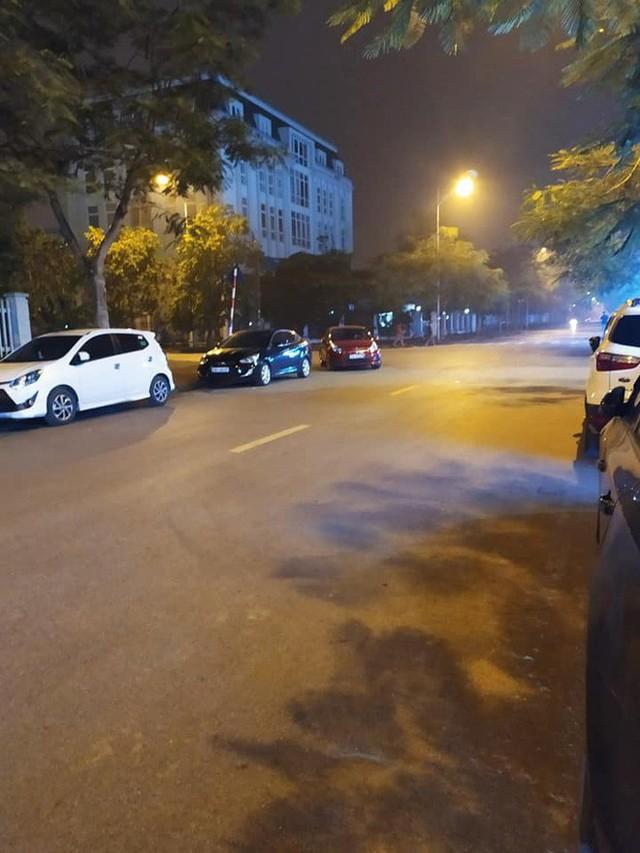 Ngã tư phố và hình ảnh chiếc xe Kia Rio đỏ khiến ai đi qua trông thấy cũng bức xúc - Ảnh 3.