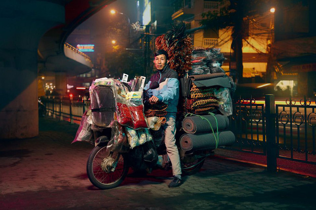 Lặng người trước một Hà Nội chân thực trên yên xe máy dưới góc nhìn nghệ thuật của nhiếp ảnh gia người Anh - Ảnh 2.