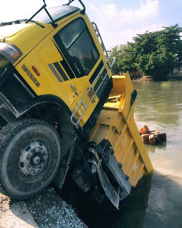 Hiện trường vụ tai nạn hy hữu: Xe ben lao xuống sông, đâm chìm ghe - Ảnh 1.
