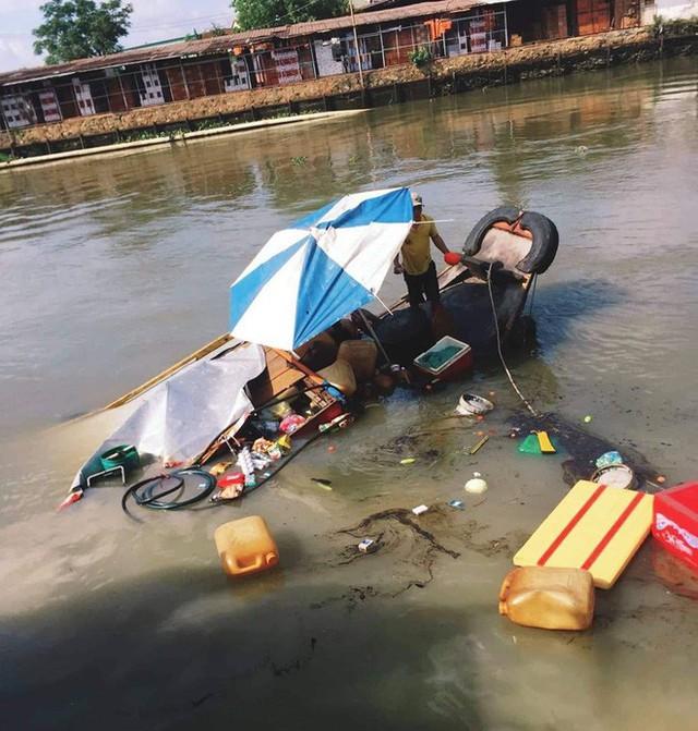 Hiện trường vụ tai nạn hy hữu: Xe ben lao xuống sông, đâm chìm ghe - Ảnh 2.