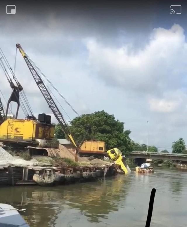 Hiện trường vụ tai nạn hy hữu: Xe ben lao xuống sông, đâm chìm ghe - Ảnh 3.
