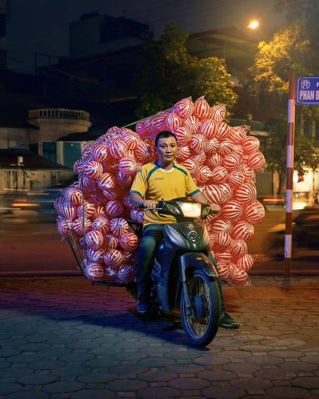Lặng người trước một Hà Nội chân thực trên yên xe máy dưới góc nhìn nghệ thuật của nhiếp ảnh gia người Anh - Ảnh 6.
