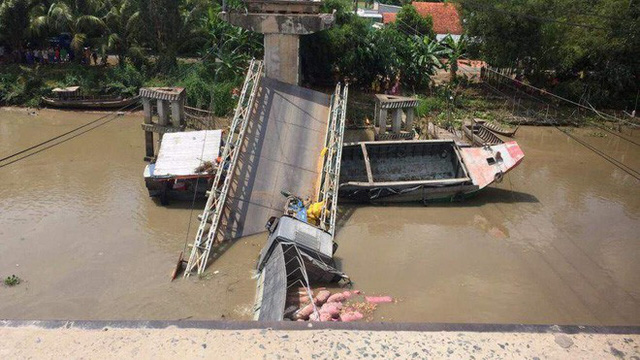 Cần cẩu bị gãy đôi, đổ sập khi đang trục vớt xe tải bị rơi xuống sông trong vụ sập cầu ở Đồng Tháp - Ảnh 3.