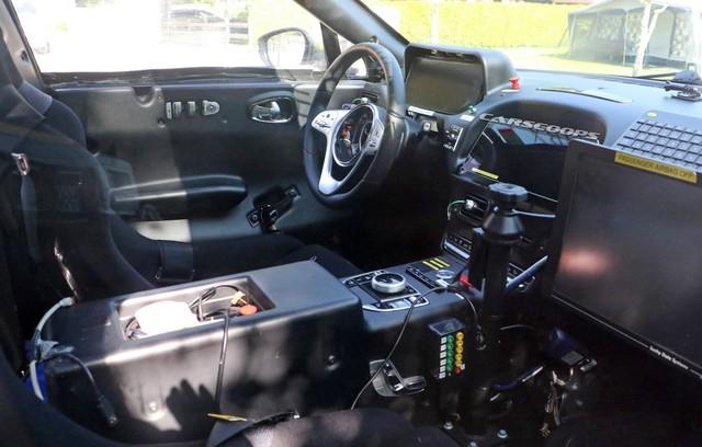 Lộ nội thất Aston Martin DBX 2020 chuẩn bị ra mắt đấu Lamborghini Urus - Ảnh 1.