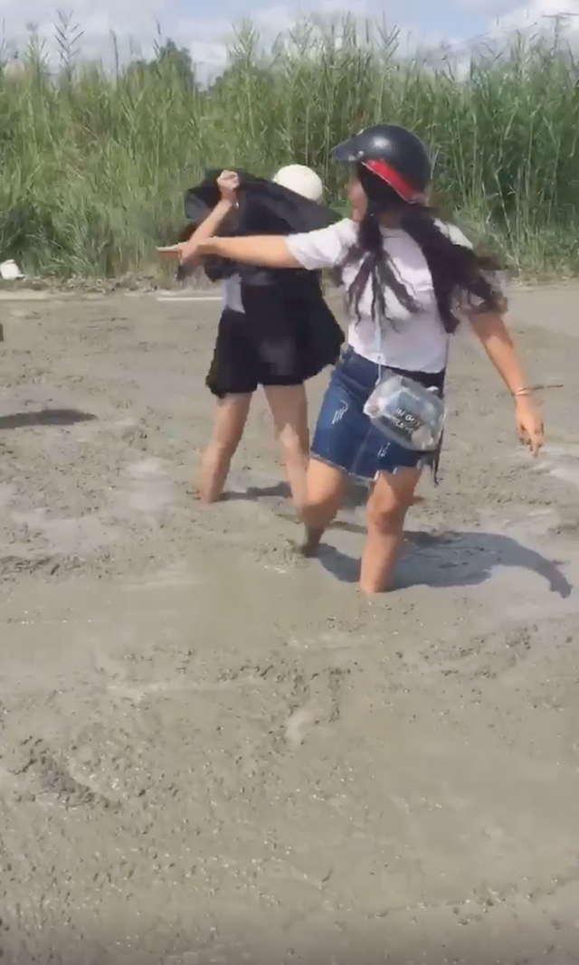 2 cô gái đi xe máy lao thẳng vào đường đang đổ bê tông, các bác công nhân hết sức giúp đỡ mới thoát được ra ngoài - Ảnh 3.