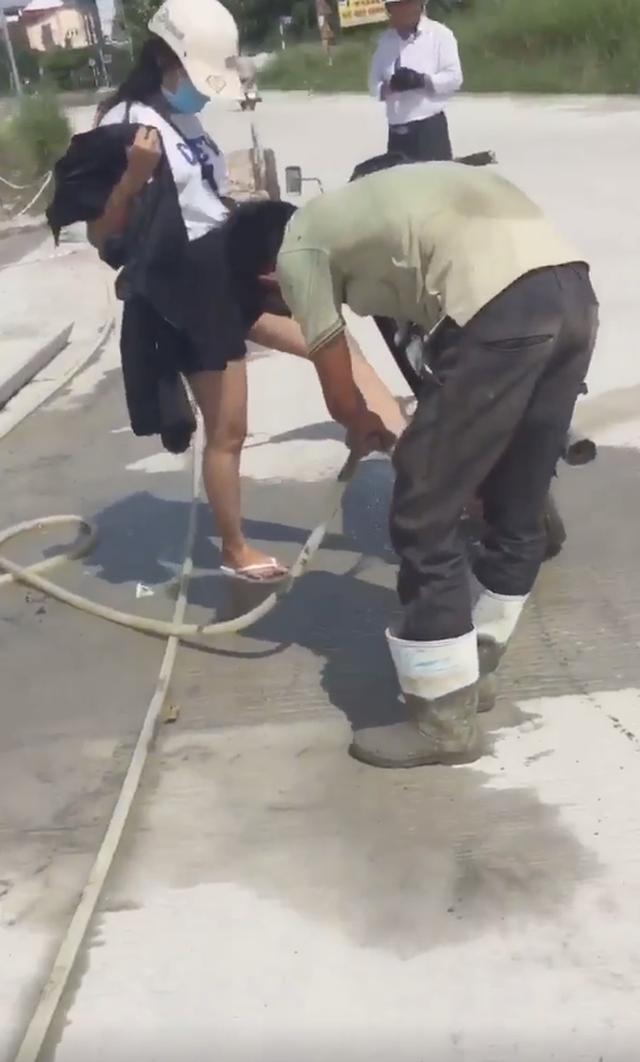 2 cô gái đi xe máy lao thẳng vào đường đang đổ bê tông, các bác công nhân hết sức giúp đỡ mới thoát được ra ngoài - Ảnh 4.