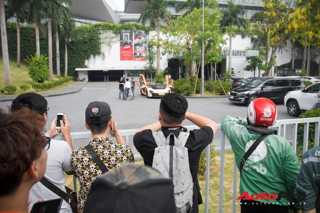 Chùm ảnh: Người dân Hà Nội chen chúc xem siêu xe tụ họp trước thềm Car Passion 2019 - Ảnh 1.
