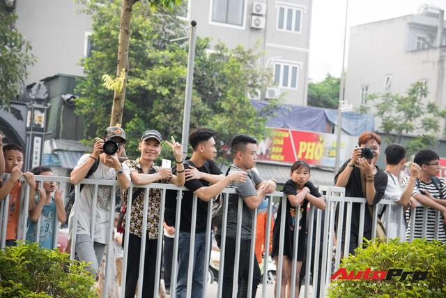 Chùm ảnh: Người dân Hà Nội chen chúc xem siêu xe tụ họp trước thềm Car Passion 2019 - Ảnh 2.