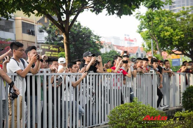 Chùm ảnh: Người dân Hà Nội chen chúc xem siêu xe tụ họp trước thềm Car Passion 2019 - Ảnh 3.