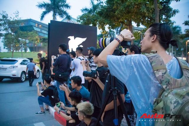 Chùm ảnh: Người dân Hà Nội chen chúc xem siêu xe tụ họp trước thềm Car Passion 2019 - Ảnh 8.