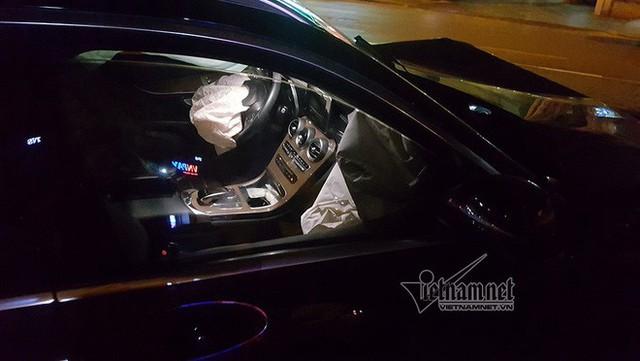 Xe Mercedes nát đầu khi đâm vào chân cầu vượt Láng Hạ lúc nửa đêm - Ảnh 2.