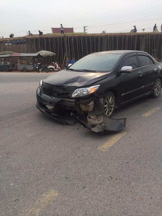 Sau va chạm phải đền xe máy, tài xế ô tô không phục: Đoạn camera an ninh đã bóc lỗi tất cả - Ảnh 2.