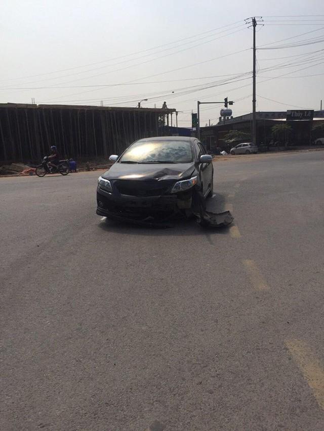 Sau va chạm phải đền xe máy, tài xế ô tô không phục: Đoạn camera an ninh đã bóc lỗi tất cả - Ảnh 3.