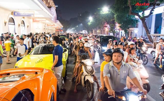 Chùm ảnh: Người dân Hà Nội chen chúc xem siêu xe tụ họp trước thềm Car Passion 2019 - Ảnh 11.