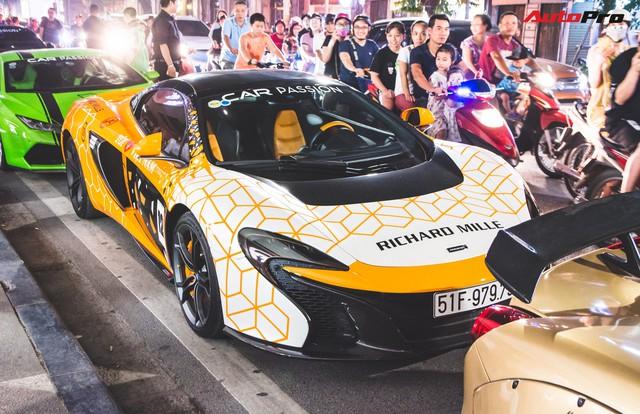 Chùm ảnh: Người dân Hà Nội chen chúc xem siêu xe tụ họp trước thềm Car Passion 2019 - Ảnh 13.
