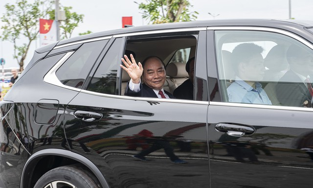 Thủ tướng Nguyễn Xuân Phúc ngồi hàng ghế sau xe VinFast do chính tỷ phú Phạm Nhật Vượng cầm lái - Ảnh 1.