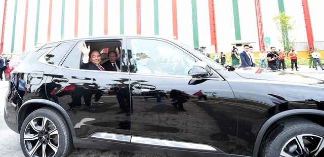 Thủ tướng Nguyễn Xuân Phúc ngồi hàng ghế sau xe VinFast do chính tỷ phú Phạm Nhật Vượng cầm lái - Ảnh 2.