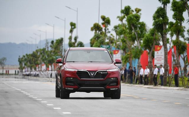 Thủ tướng Nguyễn Xuân Phúc ngồi hàng ghế sau xe VinFast do chính tỷ phú Phạm Nhật Vượng cầm lái - Ảnh 3.