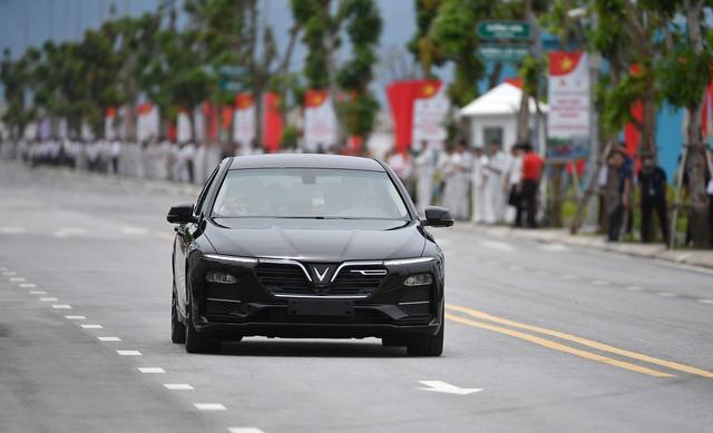 Thủ tướng Nguyễn Xuân Phúc ngồi hàng ghế sau xe VinFast do chính tỷ phú Phạm Nhật Vượng cầm lái - Ảnh 4.