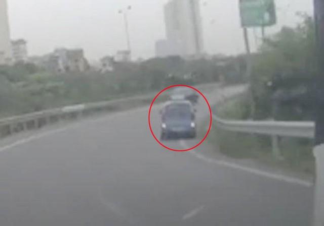 Nhìn thấy CSGT, tài xế taxi liều mạng đi lùi trên cao tốc Pháp Vân - Cầu Giẽ - Ảnh 1.