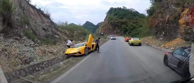 Fanpage Car Passion: Bò Lamborghini Aventador S mất vài chiếc ốc nhỏ sau sự cố gặm cỏ bên đường - Ảnh 1.