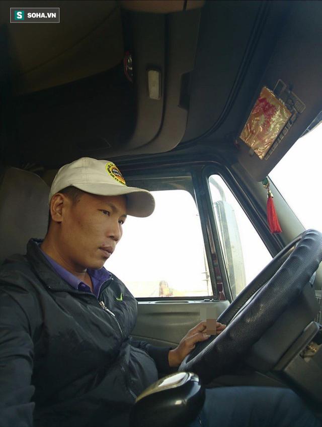 Tài xế container phanh gấp tránh xe máy khiến chiến sĩ CSGT đi nhờ bức xúc, nhảy xuống: Chị muốn giết người phải không? - Ảnh 1.