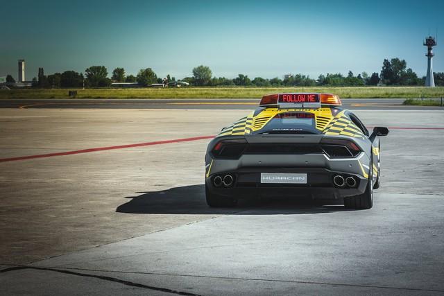 Sân bay nhà người ta: Dùng siêu xe Lamborghini Huracan mới coóng để dẫn đường - Ảnh 1.