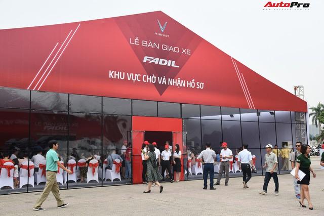 Nhận xe VinFast Fadil: Người lặn lội hàng trăm km lên Hà Nội, người mua luôn 4 chiếc - Ảnh 3.