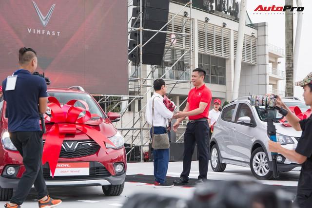 Nhận xe VinFast Fadil: Người lặn lội hàng trăm km lên Hà Nội, người mua luôn 4 chiếc - Ảnh 7.