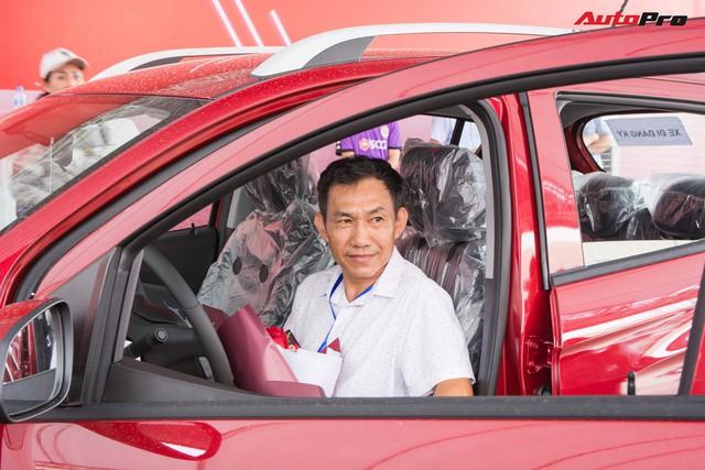 Nhận xe VinFast Fadil: Người lặn lội hàng trăm km lên Hà Nội, người mua luôn 4 chiếc - Ảnh 6.